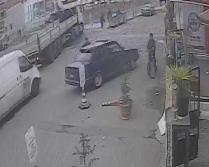 Yolun karşısına geçmeye çalışan kadına otomobilin çarpma anı kamerada